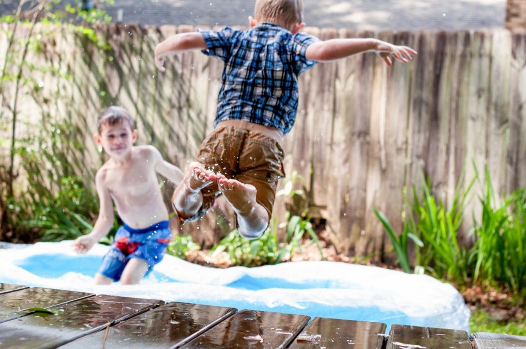 Een kindvriendelijke tuin aanleggen begint bij de schutting, maar hoe richt je 'm verder in?